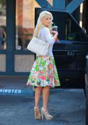Холли Мэдисон, фото 1957. Holly Madison Starbucks in LA Market FEB-1-2012, foto 1957