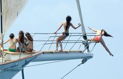 http://img197.imagevenue.com/loc245/th_106807731_KendallKylie_Jenner_BikiniDominicanRepublic_March29_2012_11_122_245lo.jpg