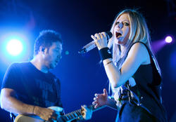 http://img197.imagevenue.com/loc32/th_430249684_51555_avril_lavigne_performing_live_in_moscow_8_121_122_32lo.jpg