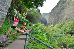 http://img197.imagevenue.com/loc543/th_557894171_Mary_and_Aubrey_Hawaii_II_Hiking_Lao_Valley_13_123_543lo.jpg